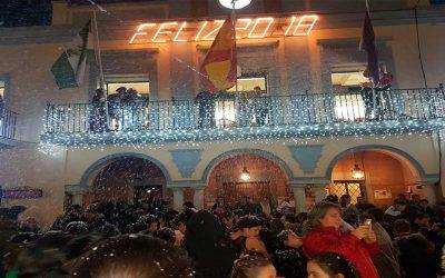Las personas de la Residencia de Adultos El Cristo Roto asistieron a la nevada artificial organizada por el Ayuntamiento de Gibraleón