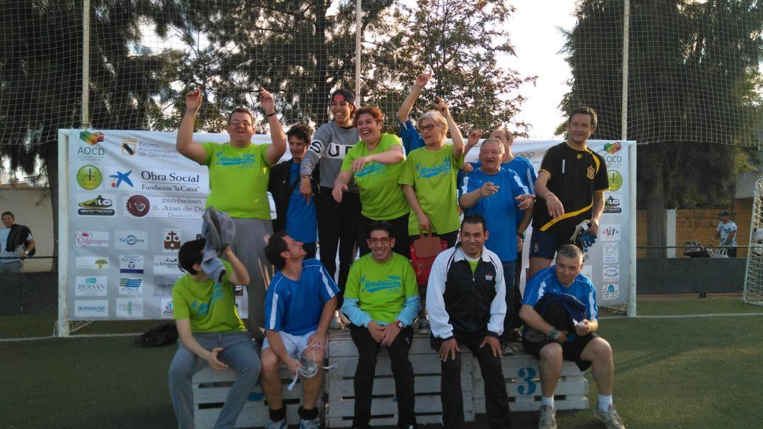Jóvenes de la Residencia de Adultos El Cristo Roto, de Obras Cristianas de Gibraleón, participan en las mini-olimpiadas municipales