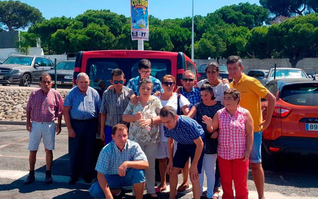 Intenso verano de la Residencia de Adultos 'El Cristo Roto': capeas en Trigueros, sol y mar en Punta Umbría y fiestas de San Roque en Gibraleón